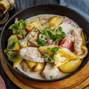 сковрода с куриным филе в сливочно грбном соусе